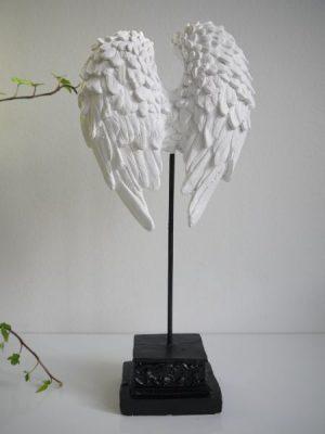 Vita änglavingar prydnad på fot. Besök Blickfång.se