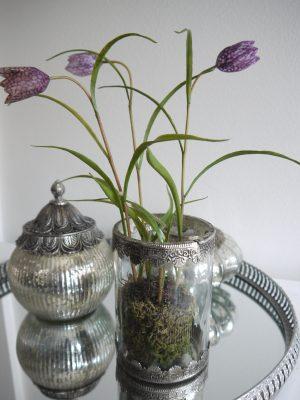 Konstgjord kungsängslilja purpur. Besök Blickfång.se