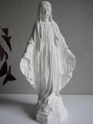 Madonna vit prydnadsfigur. Besök Blickfång.se