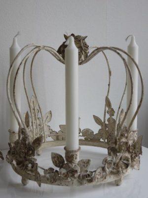 Krona i metall till ljus fransk lantstil