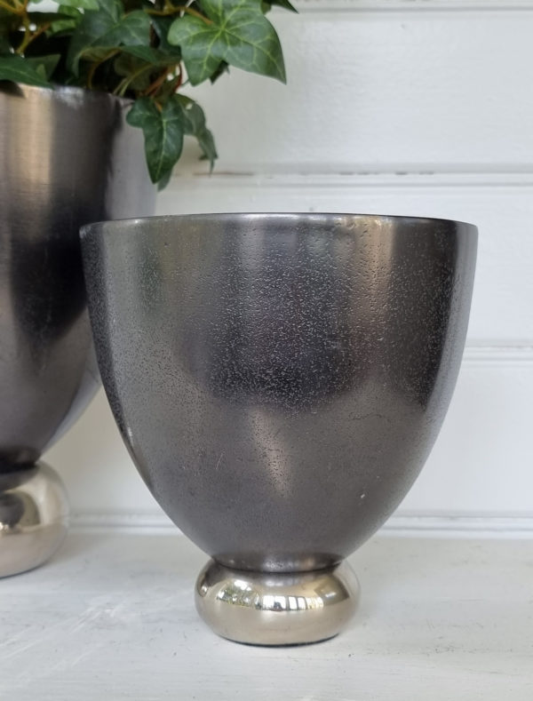 Svart-rund-kruka-pa-silverfot-2