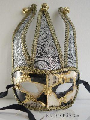 Dekorationsmask i svart, silver och guld med bjällror