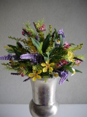 Färgglad konstgjord bukett med blommor