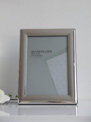 Stilren silverfärgad fotoram med bred kant