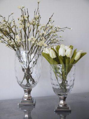 Glasvas på fot i silver. Besök Blickfång.se