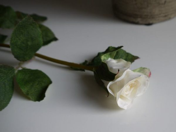 konstgjord vit ros