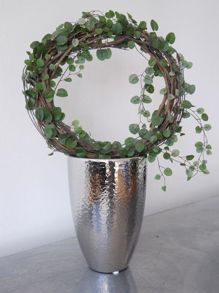 Silverfargad-kruka-med-hamrad-dekor-3