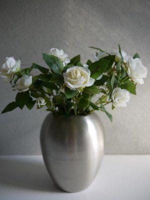 krämfärgad kostgjord liten ros på stjälk