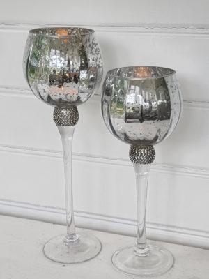 Ljuslykta på fot i glas med strass. Besök Blickfång.se