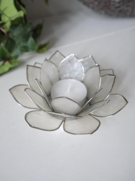 Lotuslykta-vit-med-silverkant