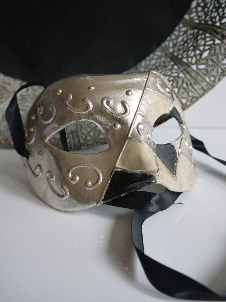 Venetiansk prydnadsmask-i-svart-och-silver