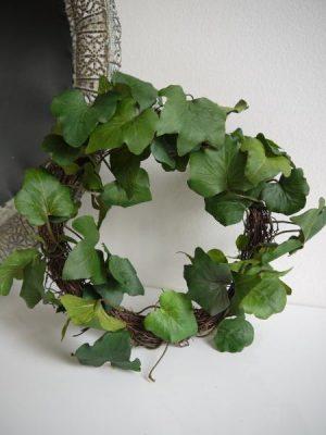 Konstgjord naturtrogen liten murgröna krans. Besök Blickfång.se