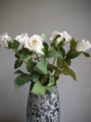 Konstgjord vit ros på stjalk