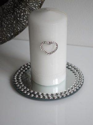 Rund spegelbricka med dekoration. Besök Blickfång.se