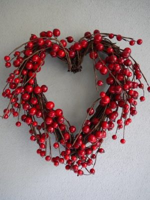 Konstgjord krans röda bär hjärtformad