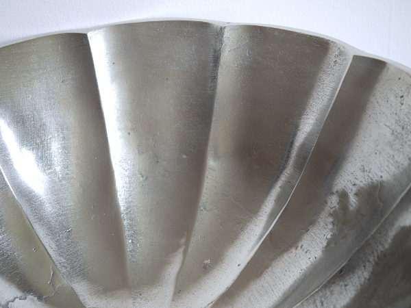 Stor-skal-pa- fot-i-silver-metall