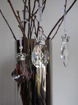 Stor prisma med krona i silver och band för upphängning