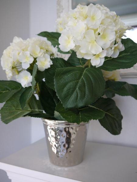 Konstgjord-fyllig-vit-hortensi- i-innerkruka