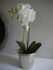 Vit konstgjord orkide i kruka