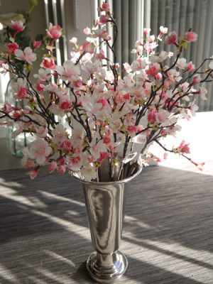 Rosa konstgjorda korsbarsblommor på stjalk