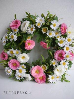 Krans med vita och rosa blommor