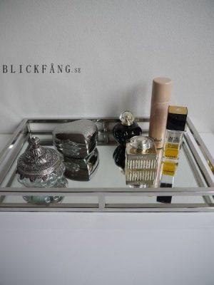 Spegellbricka i stilren design med stålkant