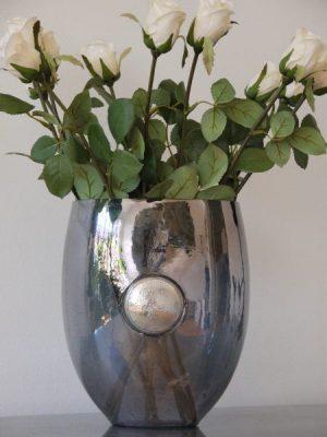 Grå glasvas med silver emblem
