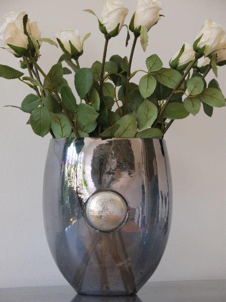 Gra-glasvas-med-silver-emblem
