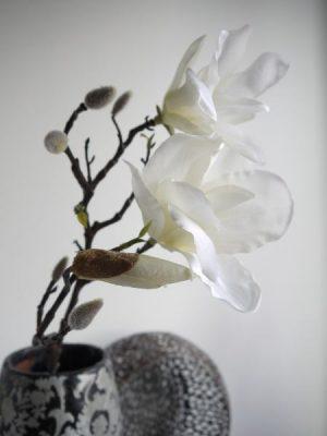 Vit konstgjord magnolia på stjälk. Besök Blickfång.se