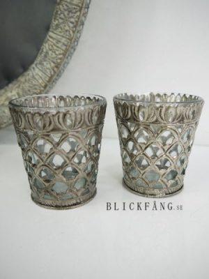 Liten ljuslykta med matt silver dekor i metall