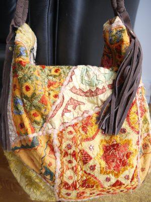 Gul väska med mönster