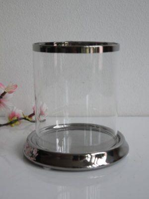 Rund ljuslykta i glas på fat i silver