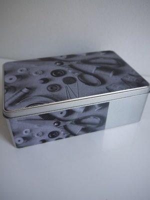 Sylåda i metall med bild på sytillbehör
