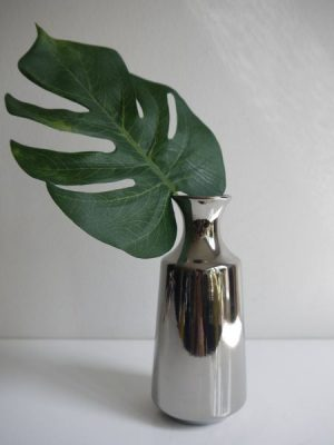 Liten vas i silver keramik. Besök Blickfång.se
