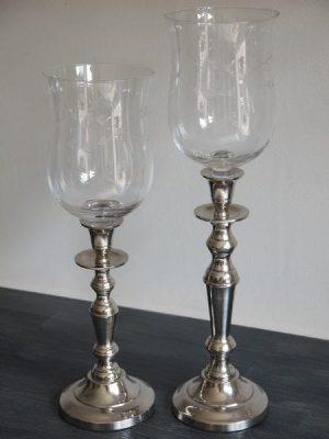 Stor glaskupa till värmeljus med bladdekor. Besök Blickfång.se
