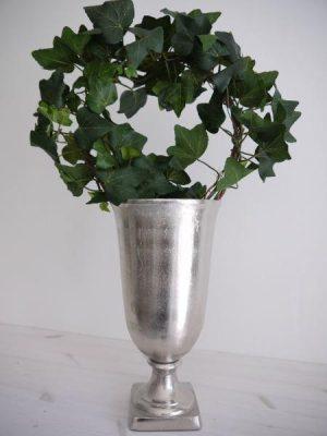 Kruka på fot i matt silver. Besök Blickfång.se
