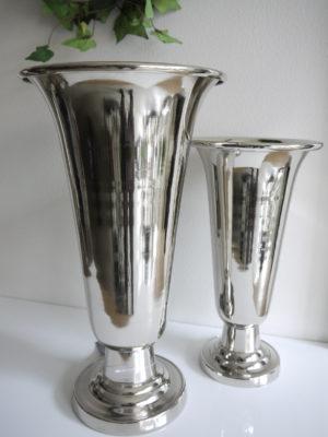 Hög trumpetvas i silver metall till blommor. Besök Blickfång.se