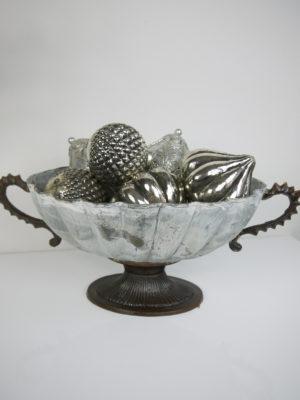 Oval skål på fot i antik stil. Besök Blickfång.se