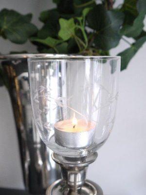 Glaskupa till värmeljus med bladdekor. Besök Blickfång.se