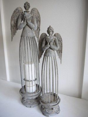 Stora änglar i metall som ljuslyktor. Besök Blickfång.se