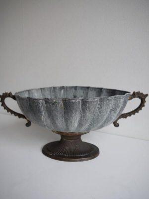 Oval skål på fot i antik stil