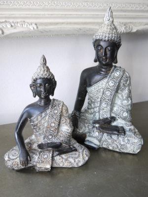 Prydnadsfigur brun buddha med silver. Besök Blickfång.se