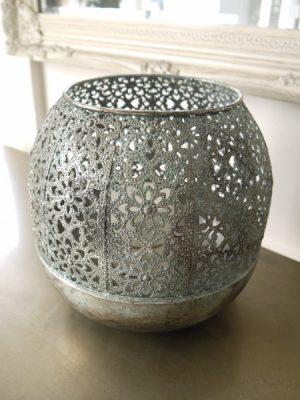 Stor rund ljuslykta i metall med hålmönster