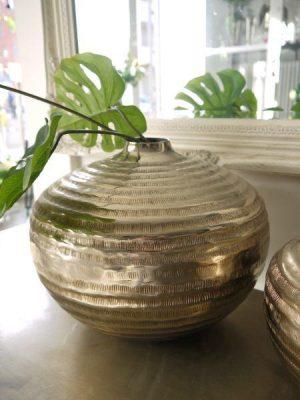 Rund stor stilren vas i silver-metall med mönster