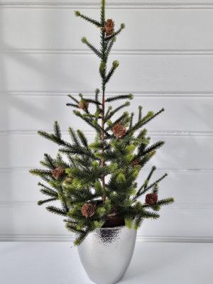 Konstgjord naturtrogen julgran i kruka. Besök Blickfång.se