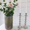 Kulformad silverfärgad ljusstake. Besök Blickfång.se
