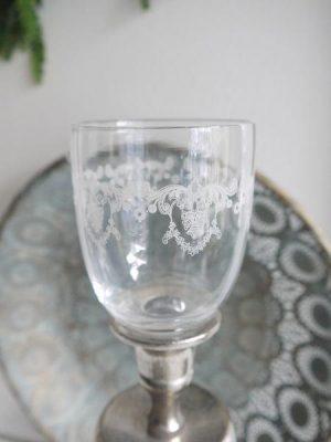 Glaskupa med spets-dekor. Besök Blickfång.se