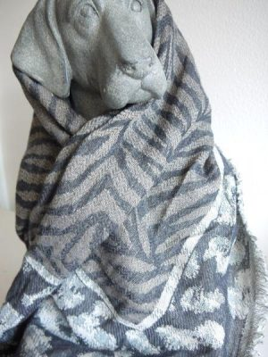 Djurmönstrad sjal i ull