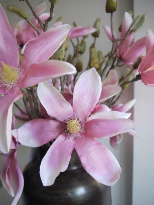 Konstgjord rosa magnolia. Besök Blickfång.se