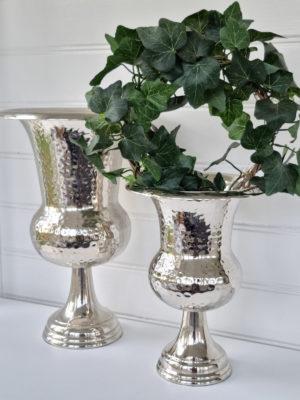 Stor kruka i silver på fot. Besök Blickfång.se